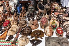 Drewniane maski i postacie Afrykańska kultura przy pchli targ ja Obraz Royalty Free