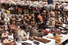 Drewniane maski i postacie Afrykańska kultura przy pchli targ ja Zdjęcie Royalty Free