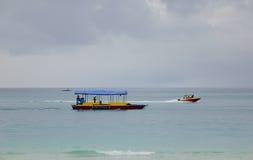 Drewniane łodzie na morzu w Boracay, Filipiny Zdjęcie Stock