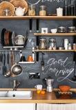 Drewniane półki z różnymi słojami na czarnej ścianie z kredą fotografia royalty free