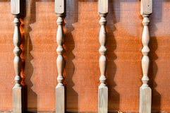 Drewniane piękne rzeźbić obliczać nogi, kije, kolumny na tle brązu plexiglass obraz stock