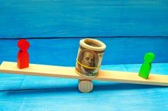 Drewniane postacie ludzie dalej ważą i dolary między one spór między dwa biznesmenami próba Długu restrukturyzacja płaca ar zdjęcie royalty free