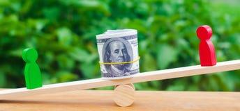 Drewniane postacie ludzie dalej ważą i dolary między one spór między dwa biznesmenami próba Długu restrukturyzacja płaca ar zdjęcia stock