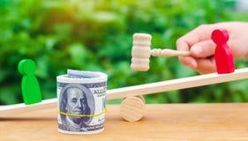 Drewniane postacie ludzie dalej ważą i dolary między one spór między dwa biznesmenami próba Długu restrukturyzacja płaca ar fotografia royalty free