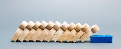 Drewniane postacie ludzie Domino biznesu pojęcie Lider no zatrzymuje spadku pracownicy słaby link Nierzetelny szef zdjęcia stock