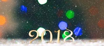 Drewniane postacie 2018 na śniegu Bożenarodzeniowa atmosfera nowy rok 2018 Fotografia Stock