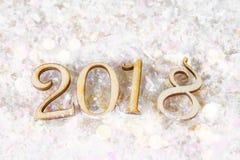Drewniane postacie 2018 na śniegu Bożenarodzeniowa atmosfera nowy rok 2018 Zdjęcie Royalty Free