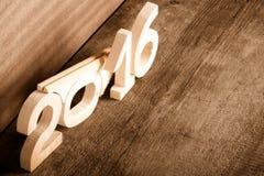 Drewniane postacie 2016 na szarym drewnianym tle stonowany Fotografia Stock