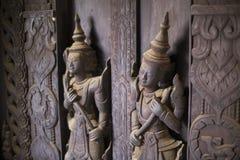 Drewniane postacie zakrywać w pajęczynie, Shwe W kosza Kyaung monasterze, Mandalay Obraz Royalty Free