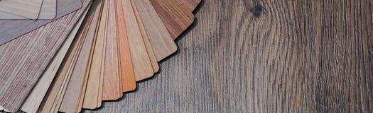 Drewniane próbki dla podłogowego laminata lub meble w budynku domowym lub handlowym Małe kolor próbki deski Odbitkowa przestrzeń, obraz stock