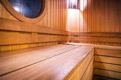 Drewniane rosyjskie bathhouse sauna ławki w szpitalnym rekreacyjnym pokoju, obraz stock