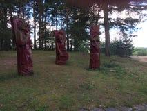 Drewniane rzeźby w lato lesie zdjęcia stock