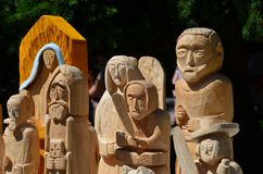 Drewniane rze?by stoi w parku na pogodnym urlopowym dniu w Polska zdjęcie royalty free