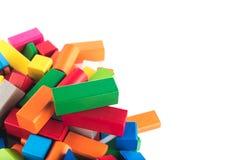 Drewniane zabawki, kolorowy dziecka ` s projektant na białym tle, rozrywka z dzieciakiem, rozwój preschoolers, constructio obrazy stock