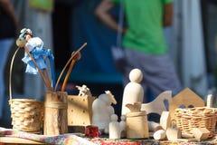 Drewniane zabawki na drewnianym stole Kolorowe zabawki robić od drewna Obraz Stock