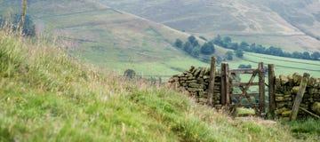 Drewnianego brama szczytu Dovestone rezerwuaru Gromadzki Greenfield, Anglia, UK zdjęcie stock
