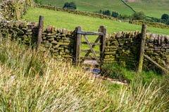 Drewnianego brama szczytu Dovestone rezerwuaru Gromadzki Greenfield, Anglia, UK obraz royalty free