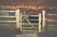 Drewnianego brama szczytu Dovestone rezerwuaru Gromadzki Greenfield, Englan fotografia royalty free