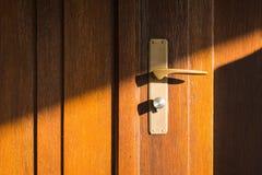 Drewnianego Drzwiowego słońce promieni kędziorka rękojeści Nowożytnego panelu Ciepły Outdoors Entr Zdjęcia Stock