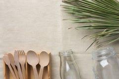Drewnianego flatware cutlery słoju butelki zieleni krystaliczny palmowy liść na bieliźnianym tkaniny tle Bezp?atne alternatywy ze zdjęcie royalty free
