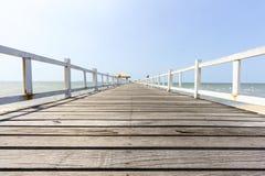 Drewnianego footbridge niski widok w seascape Obrazy Stock
