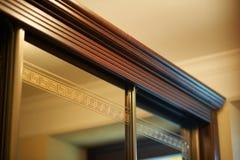 Drewnianego meblarskiego elementu profilowy i kwiecisty projekt zdjęcia stock