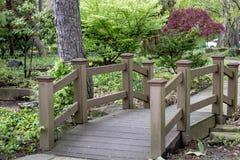 Drewnianego mostu rampa w Rockefeller szklarni parkpark zdjęcia royalty free