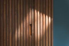 Drewnianego panelu Gabinetowy drzwi oceanu błękita ścianą Obraz Royalty Free