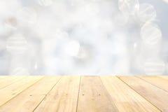 Drewnianego panelu stołowy wierzchołek na zamazanym białym bokeh abstrakta backgroun Fotografia Royalty Free