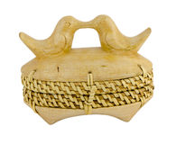 Drewnianego pudełka słoma ornamentuje ptaki odizolowywających na bielu Obrazy Royalty Free