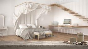 Drewnianego rocznika stołowy wierzchołek, półka z lub, zen nastrój nad zamazaną klasyczną sypialnią z dużym baldachimu łóżkiem, b zdjęcia royalty free