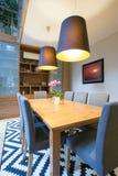 Drewnianego stołu inside nowożytny wnętrze fotografia stock