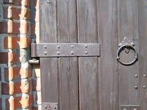 Drewnianej bramy ściany z cegieł Architektoniczny skład Fotografia zdjęcia stock