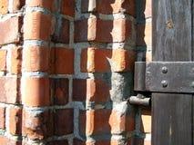 Drewnianej bramy ?ciany z cegie? Architektoniczny sk?ad Fotografia zdjęcia stock
