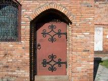 Drewnianej bramy ?ciany z cegie? Architektoniczny sk?ad Fotografia obrazy royalty free