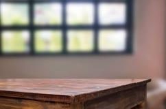 Drewnianej deski pusta stołowa astronautyczna platforma przed zamazanym Livi obraz royalty free