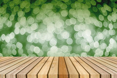 Drewnianej deski pusty stół przed światłem z ostrości zamazywał tło przedstawiać twój produkty Egzamin próbny w górę twój produkt zdjęcia stock