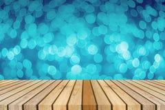 Drewnianej deski pusty stół przed światłem z ostrości zamazywał tło przedstawiać twój produkty Egzamin próbny w górę twój produkt fotografia stock