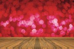 Drewnianej deski pusty stół przed światłem z ostrości zamazywał tło przedstawiać twój produkty Egzamin próbny w górę twój produkt obraz royalty free