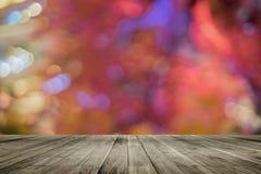 Drewnianej deski pusty stół przed kolorowym zamazanym tłem Perspektywiczny brown drewno nad bokeh światłem zdjęcie stock