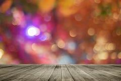 Drewnianej deski pusty stół przed kolorowym zamazanym tłem Perspektywiczny brown drewno nad bokeh światłem obraz stock