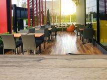 Drewnianej deski pusty stół przed zamazanym tłem zdjęcie royalty free