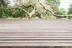 Drewnianej deski pusty stół przed zamazanym tłem Perspec obraz stock