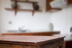 Drewnianej deski pusty stół przed zamazanym tłem Perspec fotografia stock