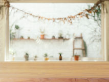 Drewnianej deski pusty stół przed zamazanym tłem Perspec zdjęcie royalty free
