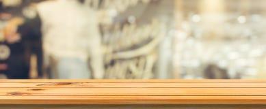 Drewnianej deski pusty stołowy odgórny zamazany tło Perspektywiczny brown drewno stół nad plamą w sklep z kawą tle obraz stock