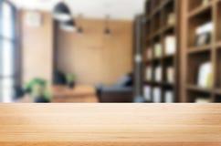 Drewnianej deski pusty Stołowy wierzchołek I plamy wnętrze nad plamą w coff obraz stock