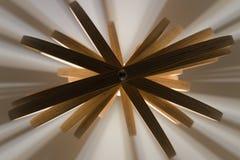 Drewnianej gwiazdy kształtna lampa widzieć spod spodu obraz royalty free