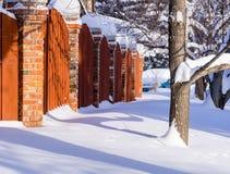 Drewnianej i ceglanej czerwieni fenceFence Zdjęcia Stock