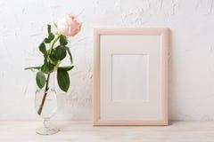 Drewnianej ramy mockup z wzrastał w wyśmienitej szklanej wazie Zdjęcia Royalty Free